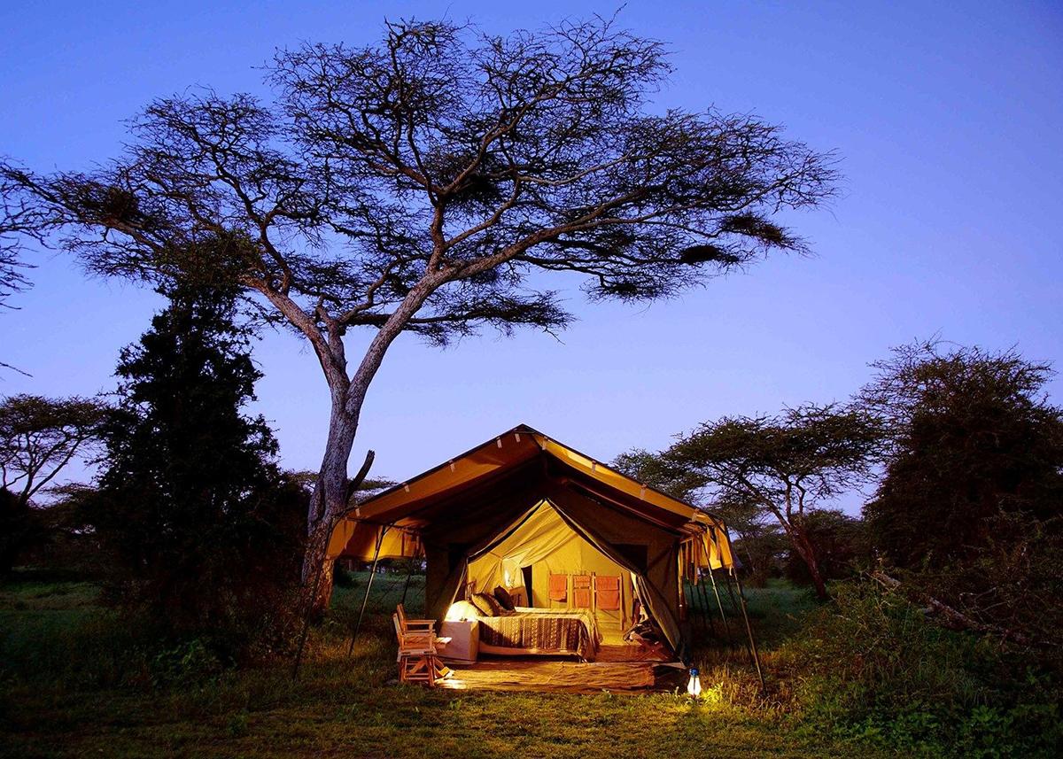Serengeti-Safari-Camp-game-drive-Nomad-Tanzania-travelmodus-2