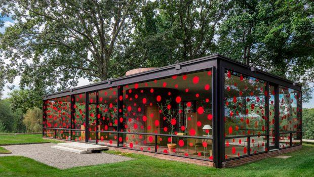 philip-johnson-glass-house-yayoi-kusama-polka-dots-travelmodus